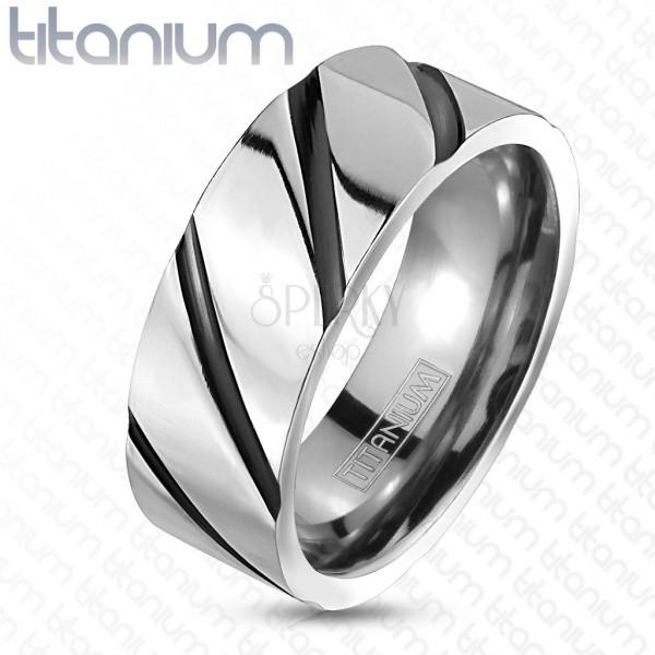 Prstan iz titana - sijoča srebrna površina, črne diagonalne črte