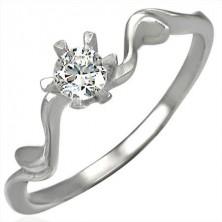 Zaročni prstan s kamenčkom v lepem podstavku