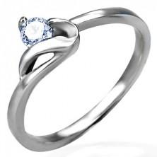 Zaročni prstan srebrne barve, jeklo 316 L, okrogel prozoren cirkon in valovit krak