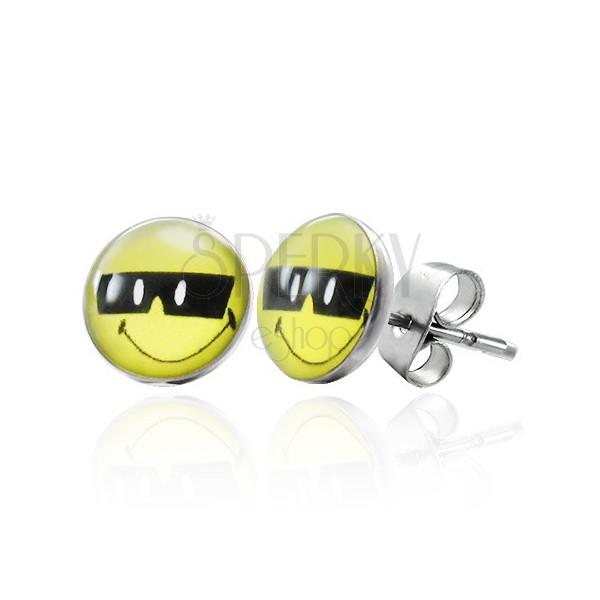 Jekleni uhani, kul smeško s črnimi sončnimi očali, metuljčki