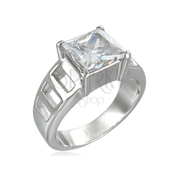 Zaročni prstan z velikim kvadratnim kamenčkom in šestimi luknjami