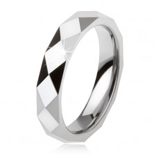 Volframov prstan jekleno sive barve, geometrično izbrušena površina