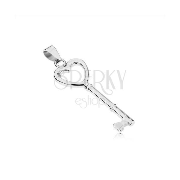 Jeklen obesek srebrne barve, sijoč srčast ključ