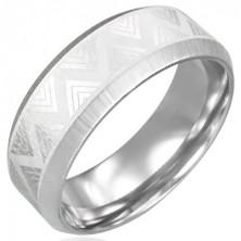 Jeklen prstan z vzorcem iz trikotnikov in odsekanimi robovi