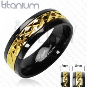 Črn prstan iz titana z vzorčastim zlatim pasom
