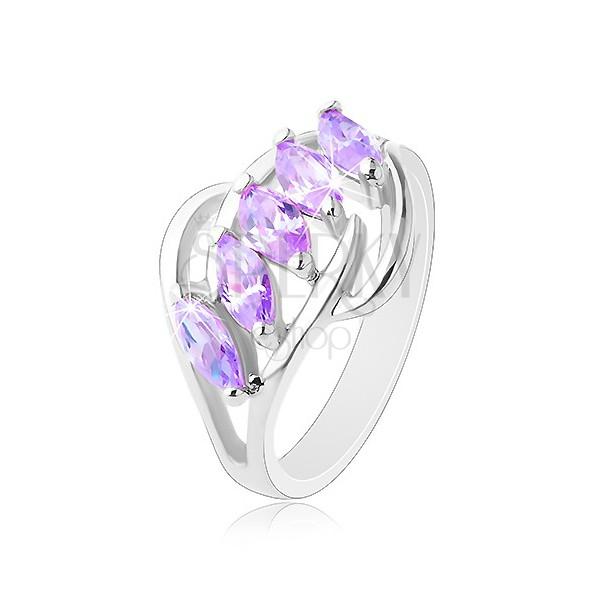 Prstan srebrne barve, svetlo vijolična cirkonska zrna, sijoči loki