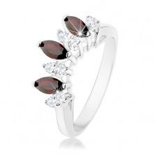 Lesketav prstan srebrne barve, prozorna in temno rdeča cirkonska zrna