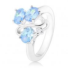 Prstan srebrne barve, trije ovalni svetlo modri cirkoni, valovita linija