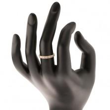 Lesketav prstan iz rumenega 14K zlata - linija prozornih cirkonov z narebrenima robovoma
