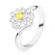 Bleščeč prstan srebrne barve, okrogel rumen cirkon v prozornem pravokotniku