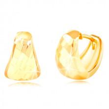 Uhani iz 14-k rumenega zlata – zaobljen trikotnik z brušeno površino