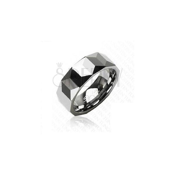 Volframov prstan srebrne barve, geometrično brušena površina, 8 mm