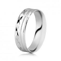 925 Srebrn prstan - površina diagonalno nazobčana, zareze v obliki črke X, tanke črte