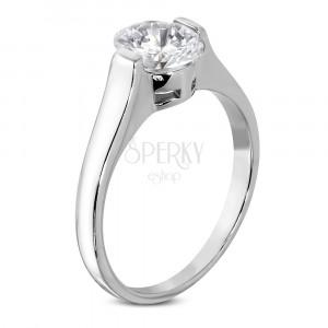 Zaročni prstan z velikim ovalnim kamenčkom